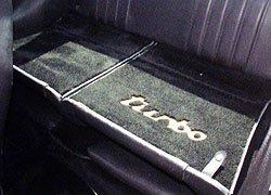 Rücksitze mit turbo Schriftzug